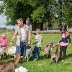 Angebot der Kinderbetreuung auf Gut Holmecke: Ziegen besuchen