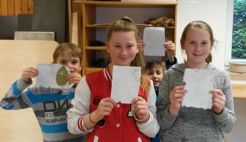 Kinderbetreuung Gut Holmecke Papier schöpfen